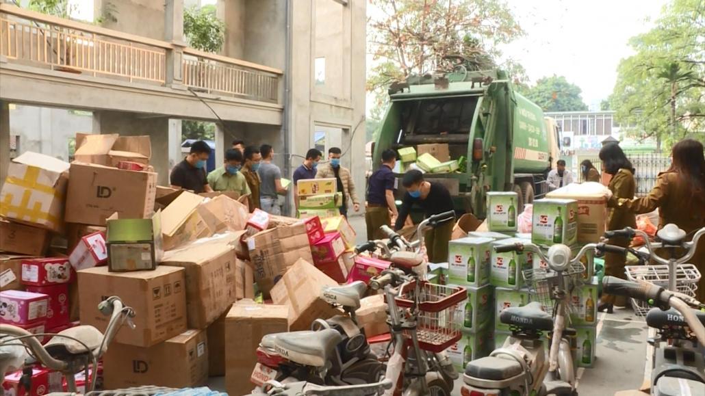 Tiêu hủy số lượng lớn hàng hóa là tang vật bị tịch thu do vi phạm hành chính