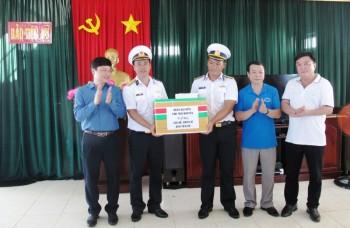 Đoàn công tác tỉnh Thái Nguyên tặng quà quân và dân Huyện đảo Trường Sa