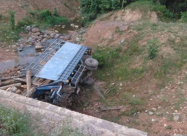 Hà Tĩnh:  Xe tải lao xuống suối, 2 người tử vong