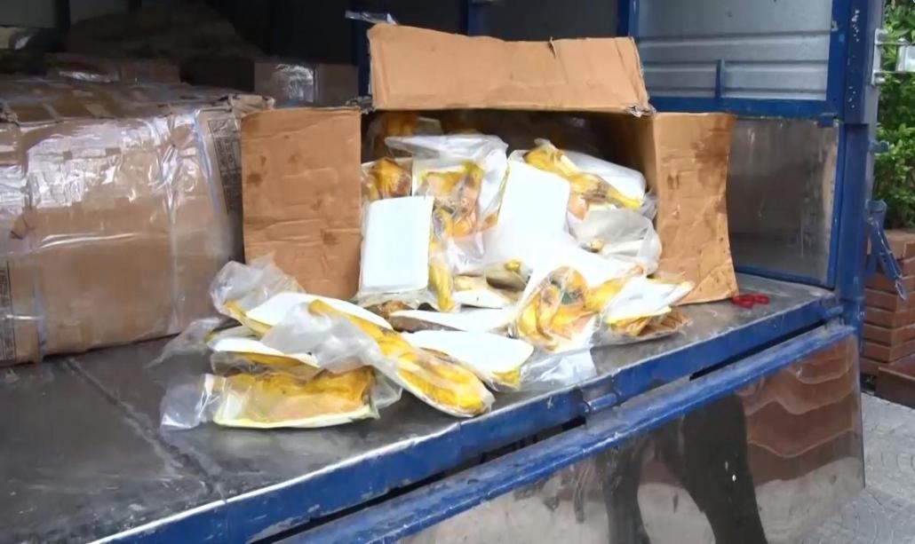 Tiêu hủy 1.000 gói gà muối tiêu không rõ nguồn gốc xuất xứ