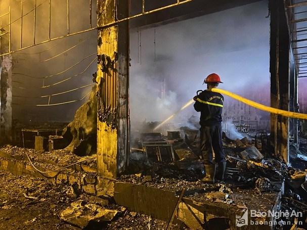 Cháy lớn thiêu rụi phòng trà tại thành phố Vinh, 6 người tử vong