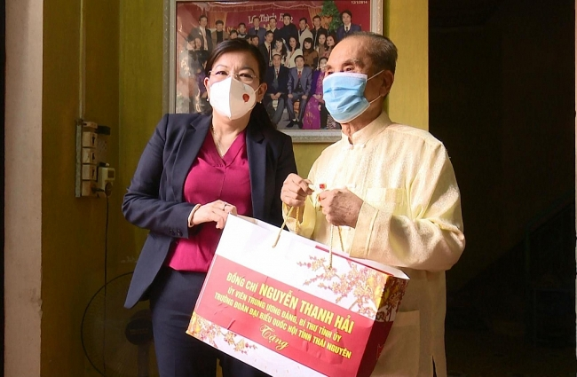 Đồng chí Bí thư Tỉnh ủy thăm, tặng quà các nhà báo lão thành tiêu biểu