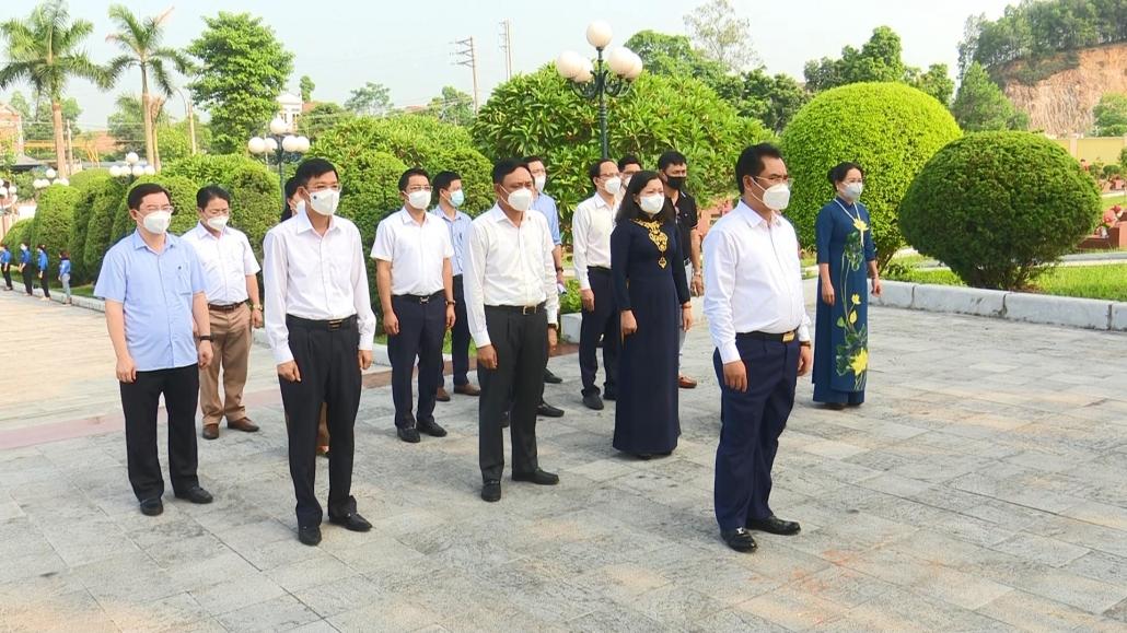 Dâng hương tưởng niệm các anh hùng liệt sĩ