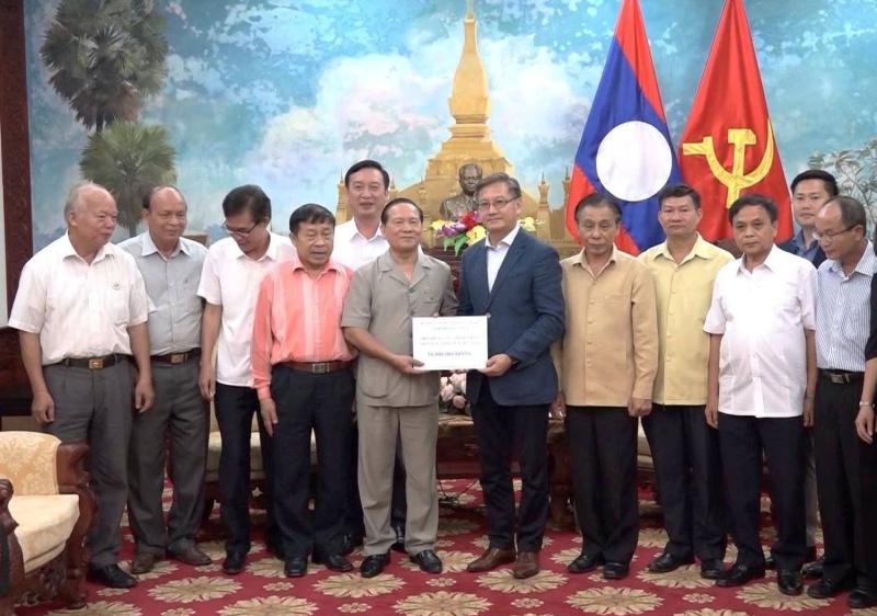 hoi huu nghi viet nam lao tinh thai nguyen trao tien ho tro cho nhan dan huyen xunamxay lao