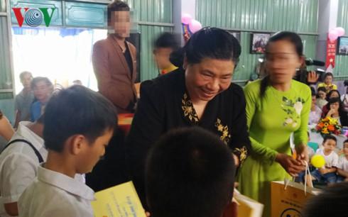 Phó Chủ tịch Quốc hội vui Trung thu với các em hoàn cảnh khó khăn