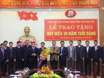 Trao tặng Huy hiệu 30 năm tuổi Đảng cho đồng chí Chủ tịch Ủy ban Nhân dân tỉnh.