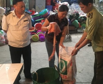 phat hien 33kg lon chet ban tai cho tan long