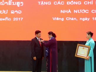 dang nha nuoc viet nam trao tang huan chuong cho lanh dao cap cao lao