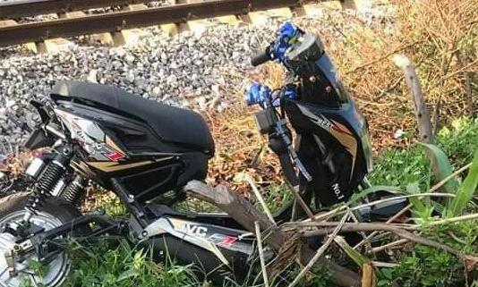 Xe máy điện va chạm với tàu hỏa, 2 người tử vong