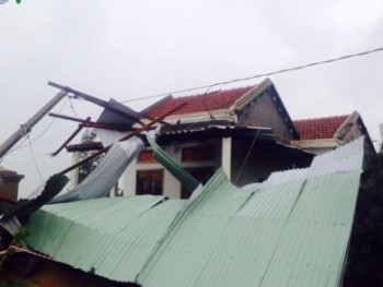 Phú Yên: 2 người mất tích, hàng nghìn nhà dân bị sập và tốc mái