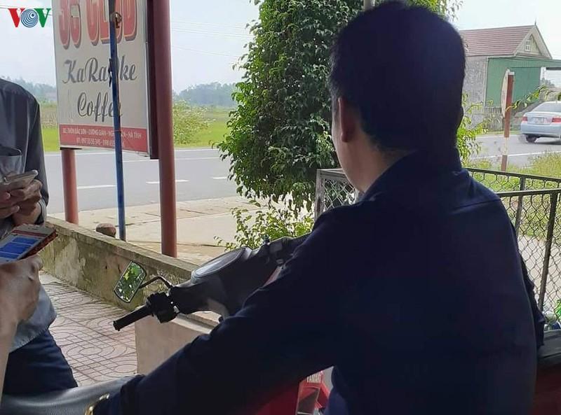 dau xe long nguoi me co con mat mang khi di lao dong chui tai anh