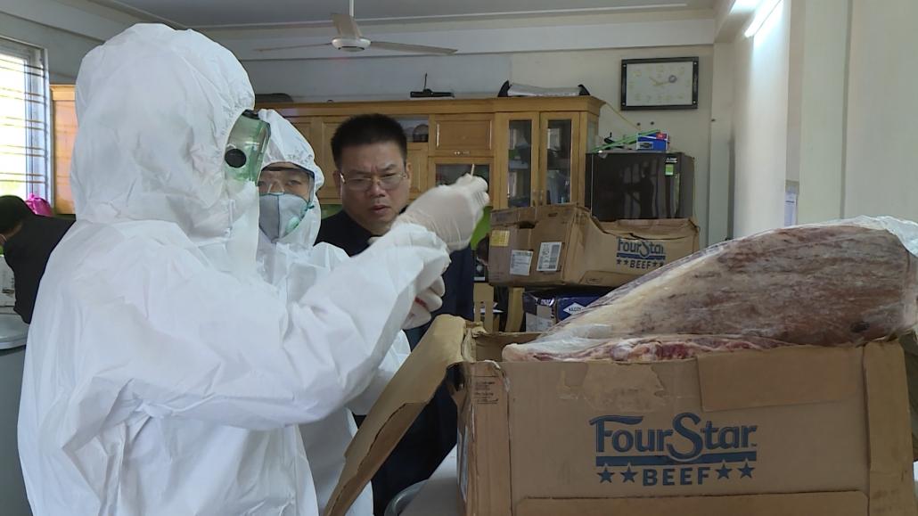 Lấy mẫu bề mặt bao bì thực phẩm đông lạnh nhập khẩu xét nghiệm SARS-CoV-2