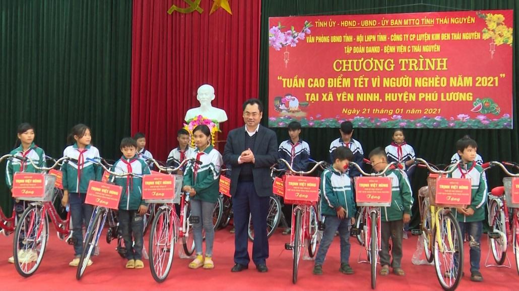 """Đồng chí Chủ tịch UBND tỉnh thăm và tặng quà chương trình """"Tết vì người nghèo"""" tại Yên Ninh, Phú Lương (PS CTTS ngày 21.1)"""