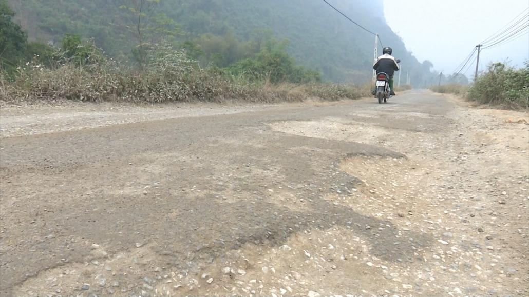 Xuống cấp tuyến đường huyện Cúc Đường đi Thần Sa