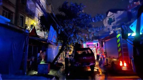 Chập ổ cắm điện gây hỏa hoạn, 4 người mắc kẹt trong nhà