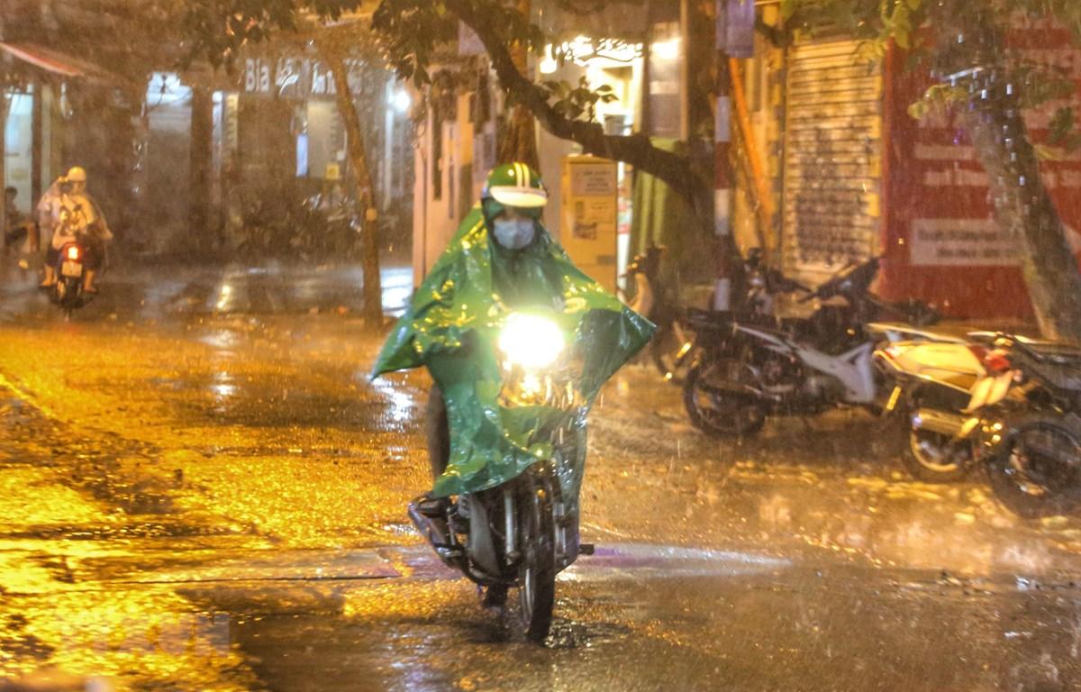 Vùng áp thấp đã đi vào Biển Đông, Bắc Bộ chuẩn bị có mưa dông