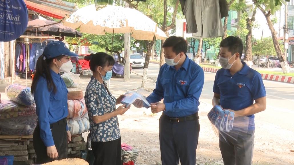 Thăm tặng quà chốt kiểm soát phòng, chống dịch COVID-19 tại Phú Bình