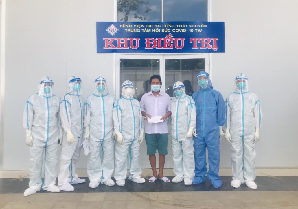 Người bệnh đầu tiên tại Trung tâm hồi sức COVID-19 Trung ương ở Long An được xuất viện