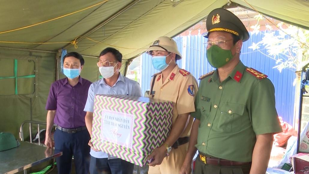 Lãnh đạo tỉnh Thái Nguyên thăm, tặng quà các chốt kiểm soát dịch COVID-19