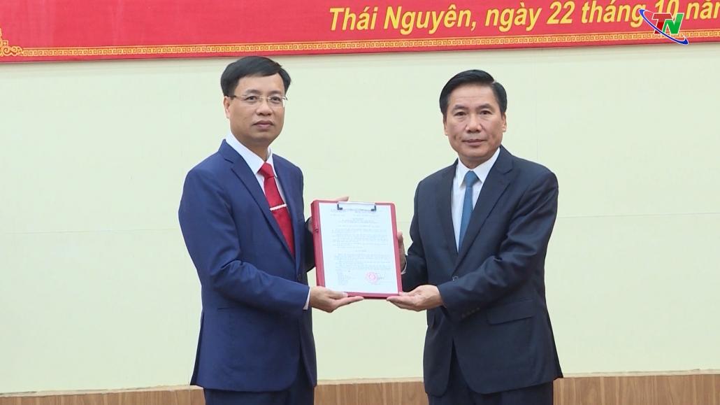 Công bố quyết định về công tác cán bộ và trao giấy chứng nhận đầu tư cho Ban Quản lý các Khu công nghiệp tỉnh