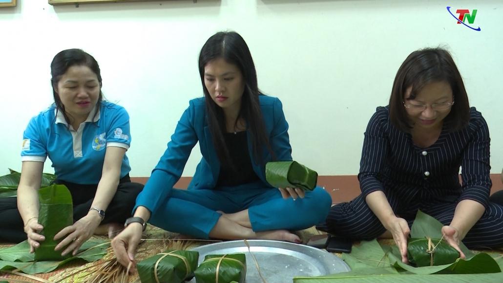 Bánh chưng xanh ấm lòng người dân miền Trung