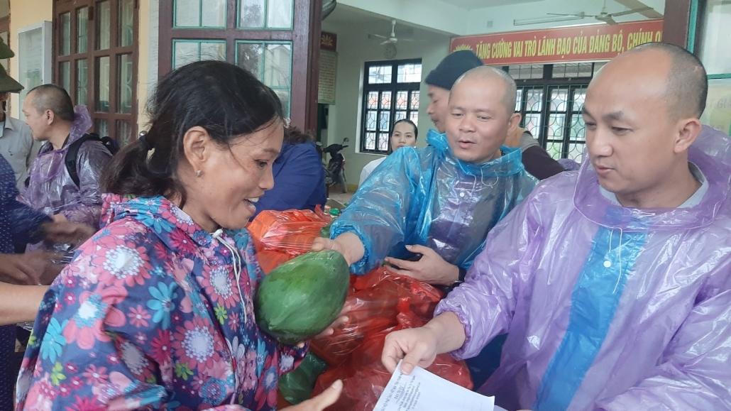 Ban Trị sự Giáo hội Phật giáo Việt Nam tỉnh Thái Nguyên trao quà và tiền hỗ trợ đồng bào miền trung