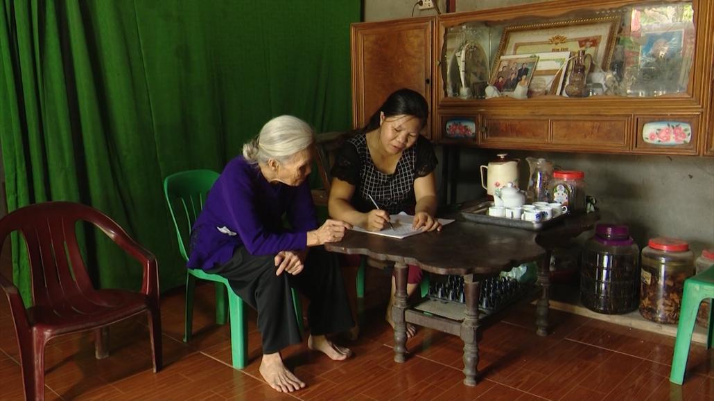 Hai cụ cao tuổi viết đơn xin thoát nghèo
