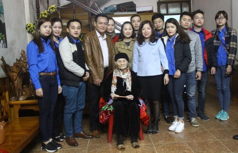 Thăm, tặng quà Mẹ Việt Nam anh hùng Nguyễn Thị Mão