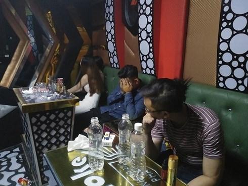 30 thanh nien choi ma tuy thau dem trong quan karaoke
