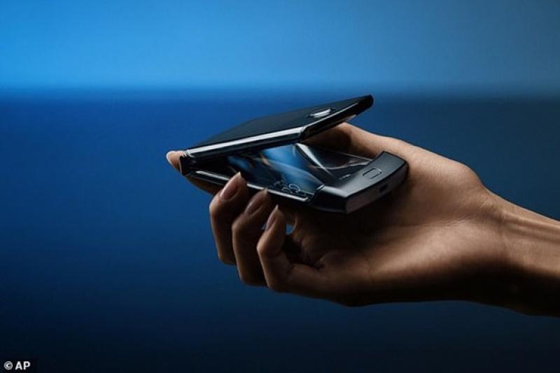 """Điện thoại màn hình gập Razr của Motorola """"cháy hàng"""" đặt trước"""