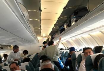 Khách Trung Quốc lục đồ của khách Nhật, khi máy bay chuẩn bị cất cánh