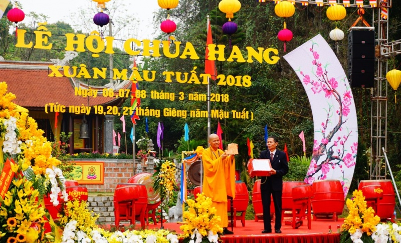 tung bung khai hoi chua hang xuan mau tuat 2018
