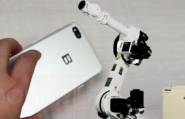 robot duoc dua vao day chuyen san xuat bphone 2018