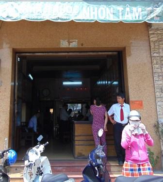 phong kham dong y khong phep ban thuoc nghi chua corticoid