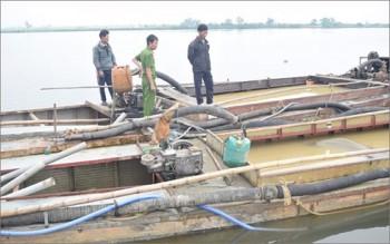 Bắt quả tang 2 thuyền khai thác cát sỏi trái phép trên sông Hương