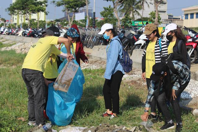 Hơn 1.000 sinh viên, người dân cùng ra quân làm sạch môi trường
