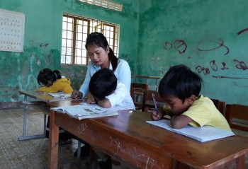 Lớp chỉ có 3 học sinh: Cô giáo 'xin' phụ huynh cho các em ở lại trường