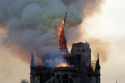 Hoả hoạn tàn phá nghiêm trọng nhà thờ Đức Bà Paris