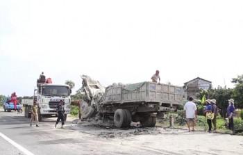 Xe tải đối đầu, 2 tài xế chết thảm