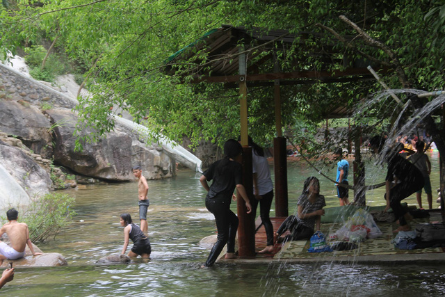 hang loat khu du lich khong phep moc len o suoi luong