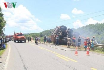 Quảng Trị: Xe tải chở gỗ dăm bốc cháy dữ dội