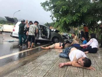 Nhiều hành khách văng ra đường sau cú tông mạnh giữa 2 ô tô