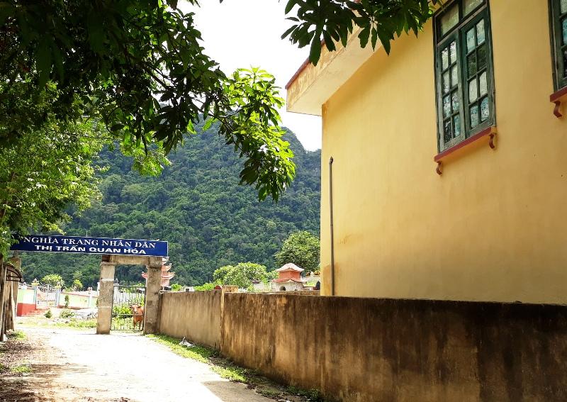 Trường mầm non, trạm y tế nằm cạnh hàng trăm ngôi mộ