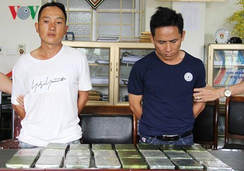 cong an lao cai tom gon 2 doi tuong mang 23 banh heroin vao nha nghi