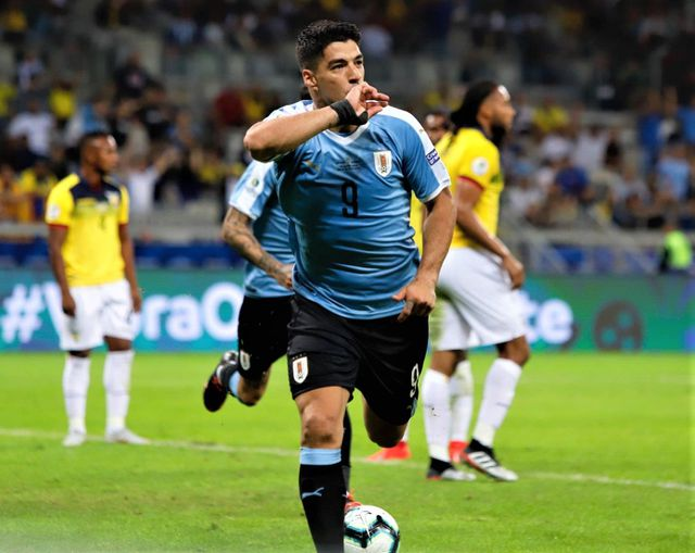 suarez cavani lap cong uruguay dai thang 4 0 ecuador