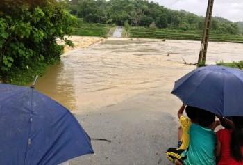 Nhiều nơi bị cô lập sau bão, di dân khẩn cấp khỏi vùng nguy hiểm
