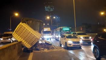 Hà Nội: Xe tải 'gác' lên dải phân cách đường trên cao