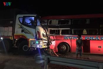 Ô tô khách lấn làn gây tai nạn, 1 người chết, 20 người bị thương