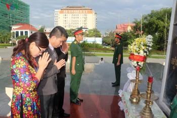 Dâng hương tưởng niệm các Anh hùng liệt sĩ tại Campuchia