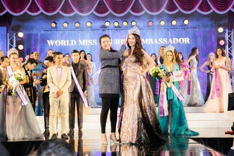 khoanh khac dang quang cua phan thi mo tai world miss tourims ambassador